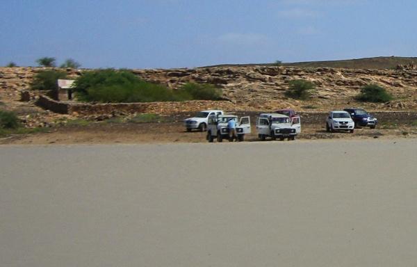 die Touri-Jeeps warten, bis es weitergeht