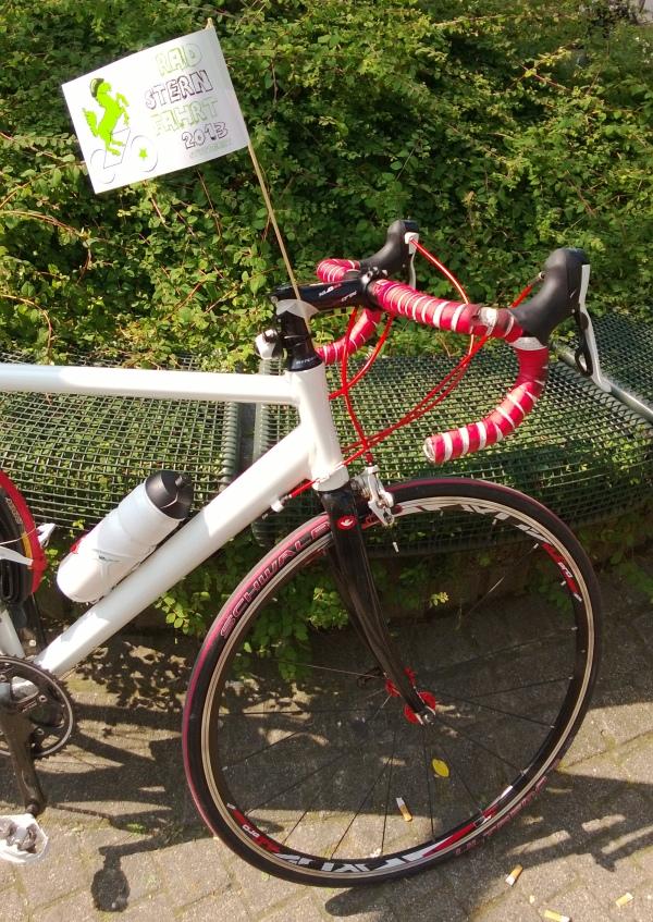 zur Radsternfahrt geschmücktes Rennrad