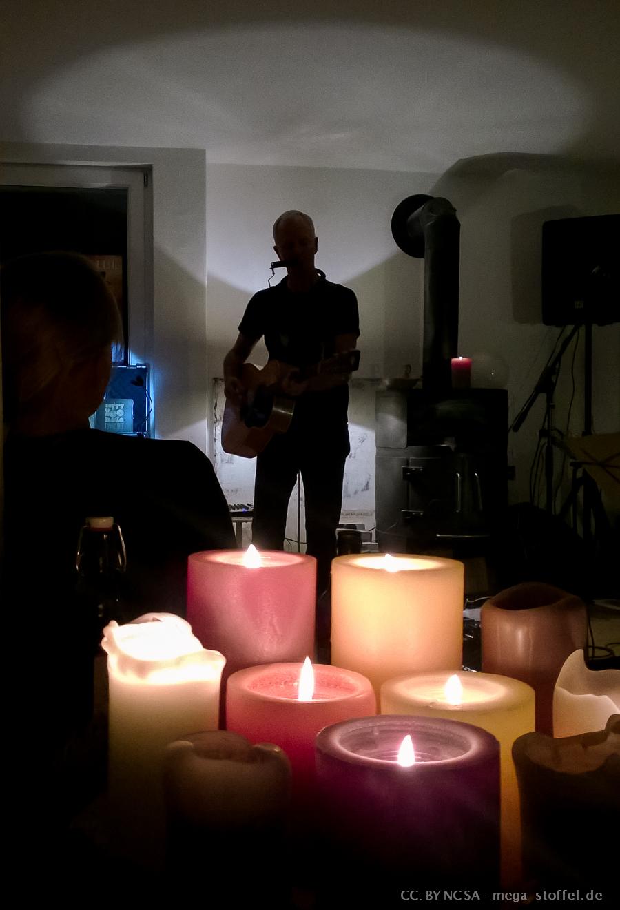 Terry Lee Hale spielt in einem Wohnzimmer
