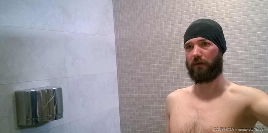 Bart und Badekappe