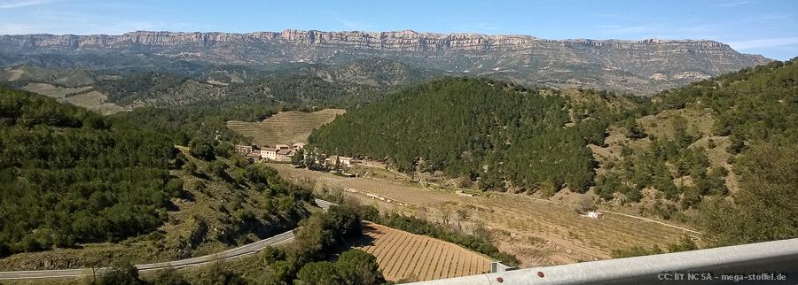 das beeindruckende Gebirge (und unten links die Straße)