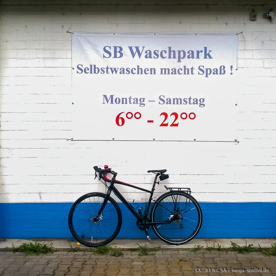 mit dem Fahrrad in der Waschanlage