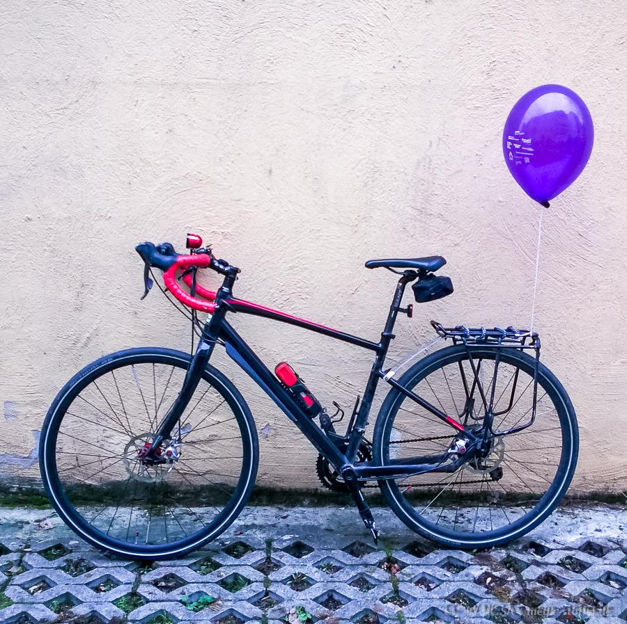 mit Luftballon für Vielfalt rumfahren