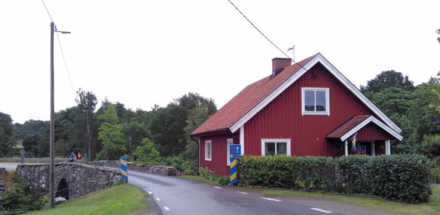 schwedische Idylle mit blau-gelben Straßenschildern