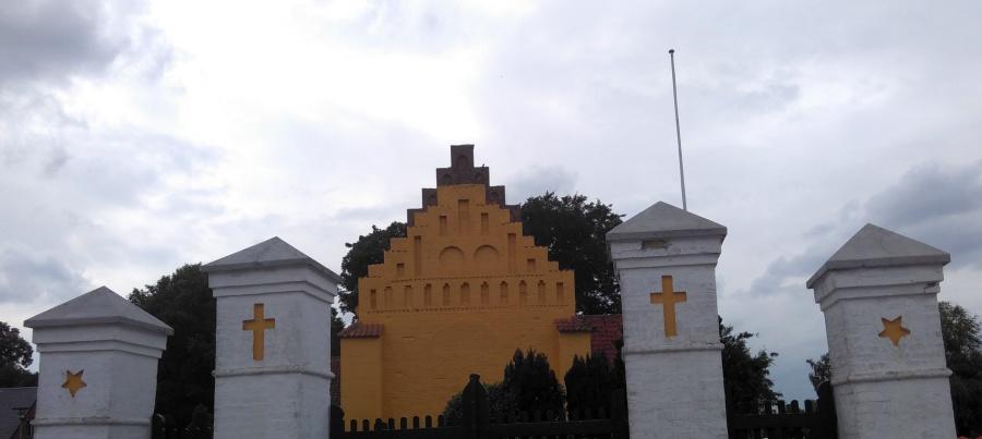 eine Kirche in orange und dunkelrot