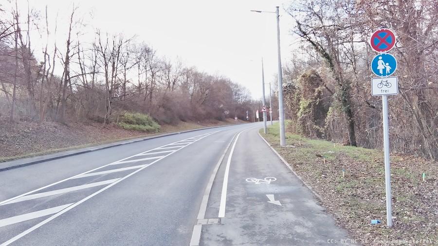 neu gebauter Gehweg mit aufgemaltem Fahrrad